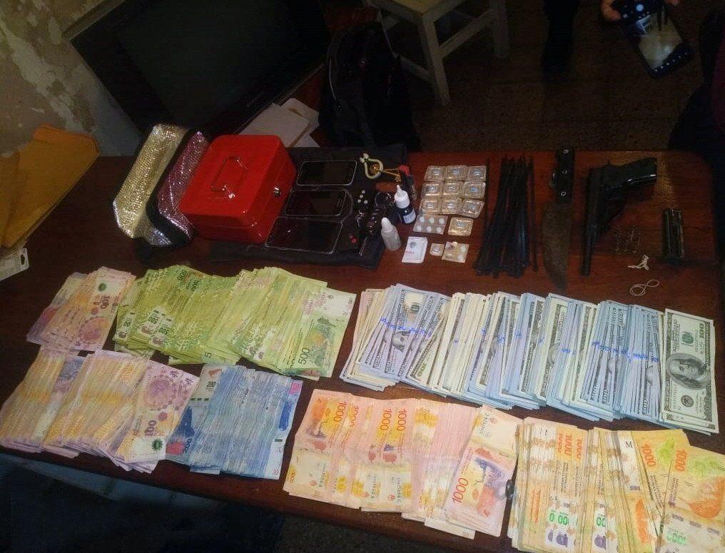 A la mujer le encontraron más de 4 millones de pesos y pastillas de viagra.