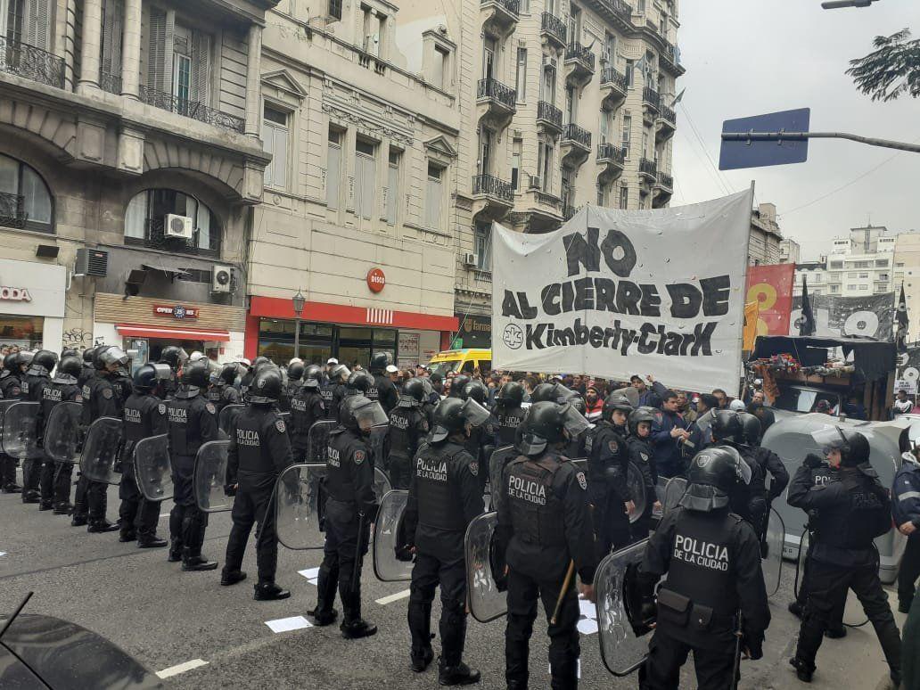 Quilmes: violento desalojo a punta de pistola a los trabajadores de Kimberley Clark