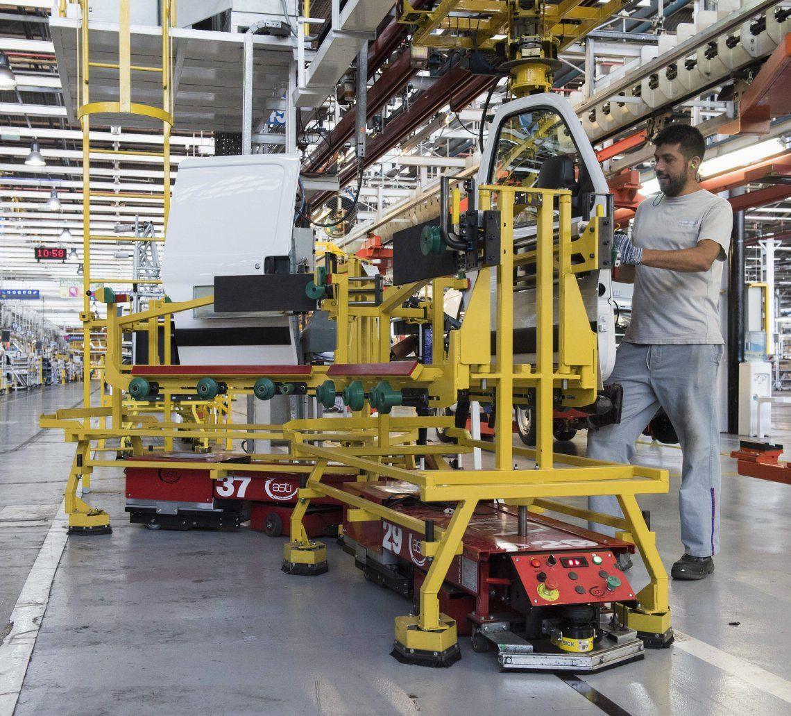 La producción industrial bajó 2