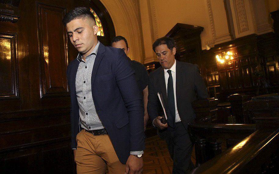 Ayala se retira de la sala de audiencias. Por ahora no irá a prisión.
