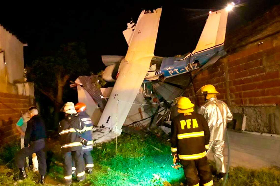 San Fernando: una avioneta cayó sobre el techo de una casa