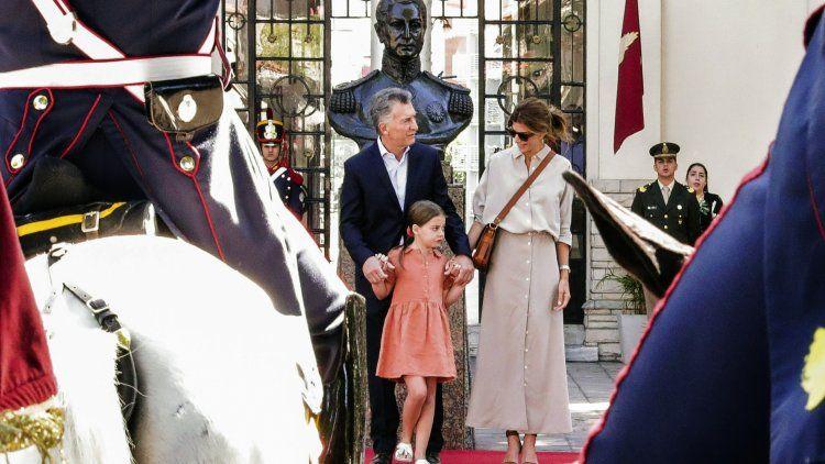 Macri, junto a Juliana y Antonia, se despide de los Granaderos.