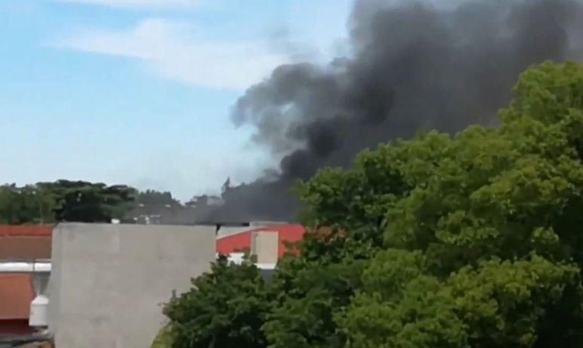Hurlingham: ocho dotaciones de bomberos combatían un incendio en una fábrica de pinturas