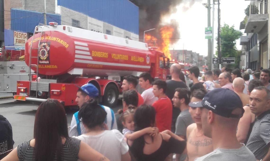 Avellaneda: más de 10 dotaciones de bomberos combaten un incendio en una maderera de Piñeyro