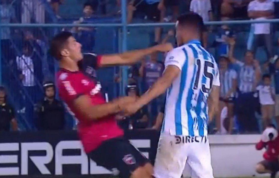 Box en pleno partido: Salinas y Cabral se trompearon en Atlético Tucumán y Newells