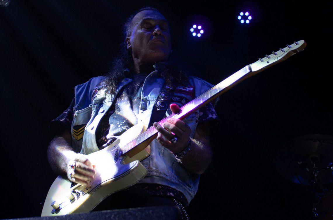 Un virtuoso de las cuerdas de amplia trayectoria en el rock argentino.