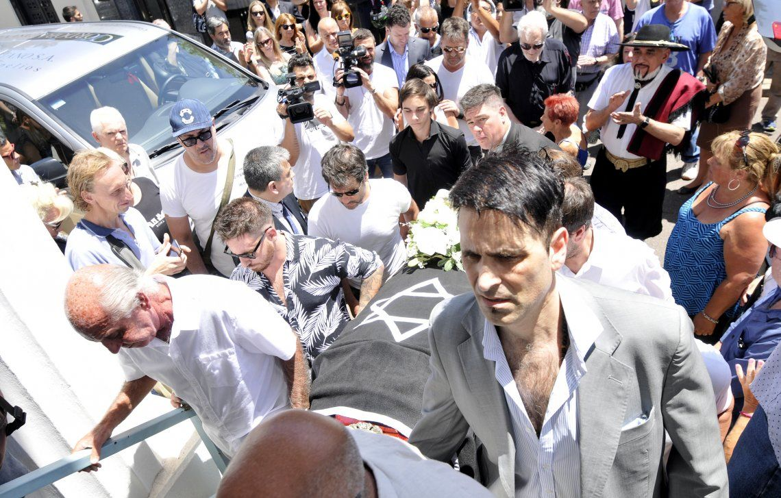Sus hijos Mariano y Federico y su hermano Coco llevaron el féretro hasta la morada final de Santiago Bal.