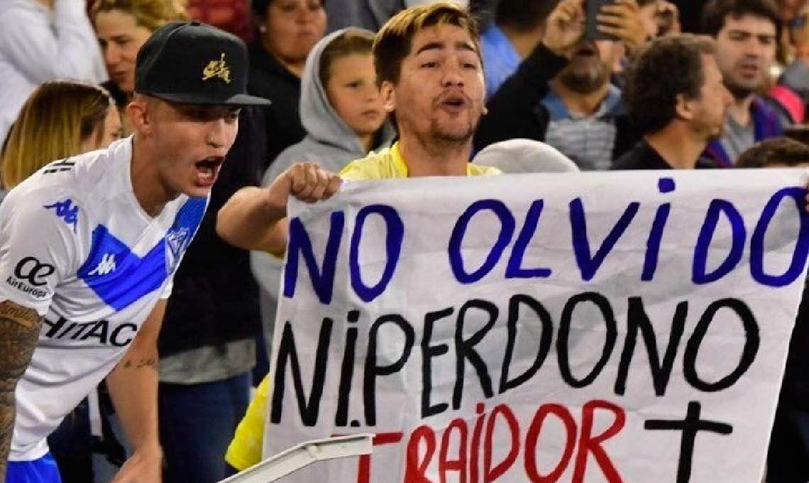 Sancionan con un mes y medio sin poder asistir a la cancha al hincha de Vélez que colgó una bandera contra Mauro Zárate