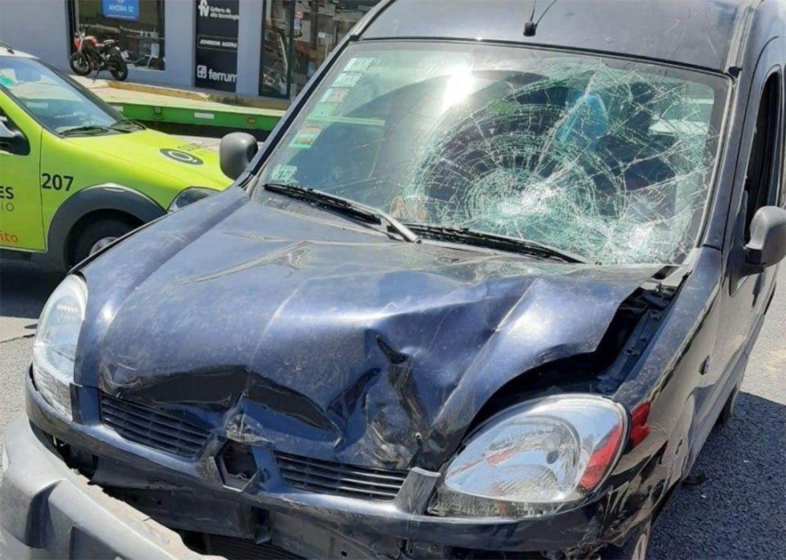 Quilmes: chocó y atropelló a un hombre y a su beba de un año