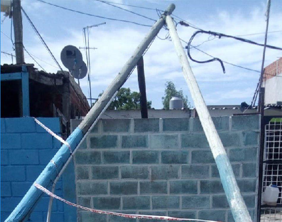 Berazategui: cayó un poste y dejó ocho manzanas sin luz