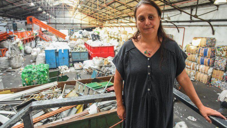 Alicia Montoya y como fondo, el enorme galpón de la cooperativa El Alamo, donde se realiza el reciclaje.
