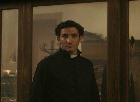 El actor aparece en la película como el futuro Papa mediante flashbacks.