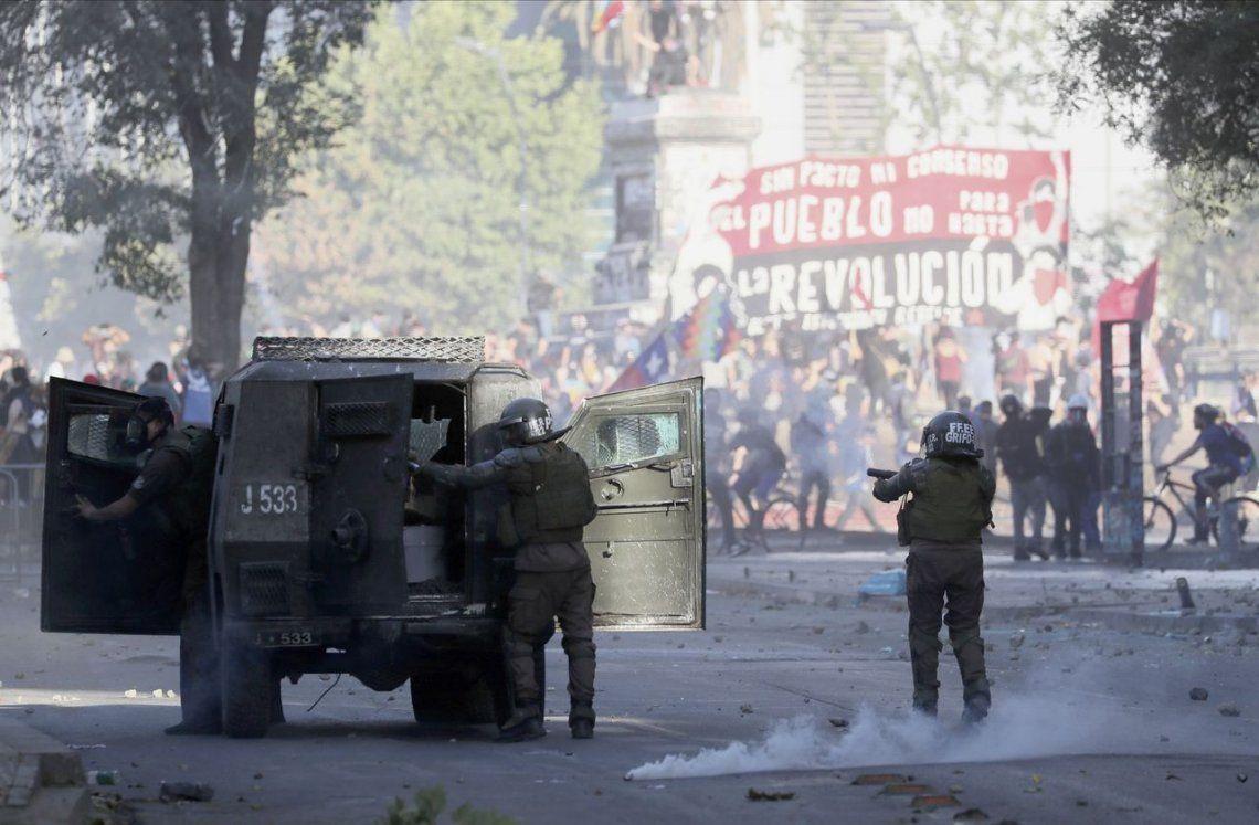 Chile: una tanqueta de Carabineros aplastó a un joven durante una protesta en Santiago