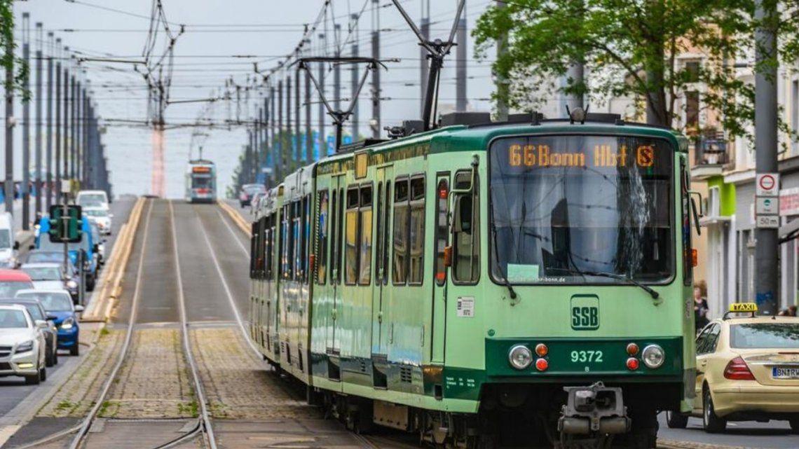 Pánico en el tranvía: pasajeros logran detenerlo luego de que su conductor se desmayara