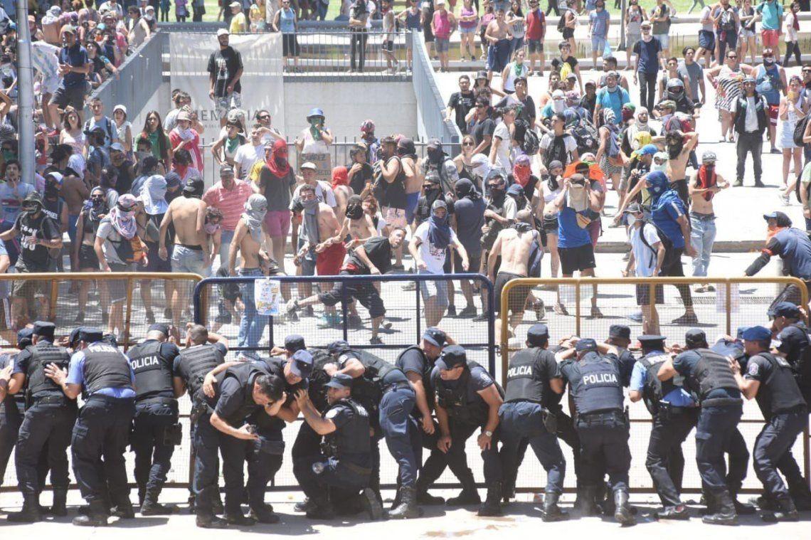 Mendoza: incidentes en multitudinaria marcha frente a la gobernación por la ley minera que habilita el uso de químicos
