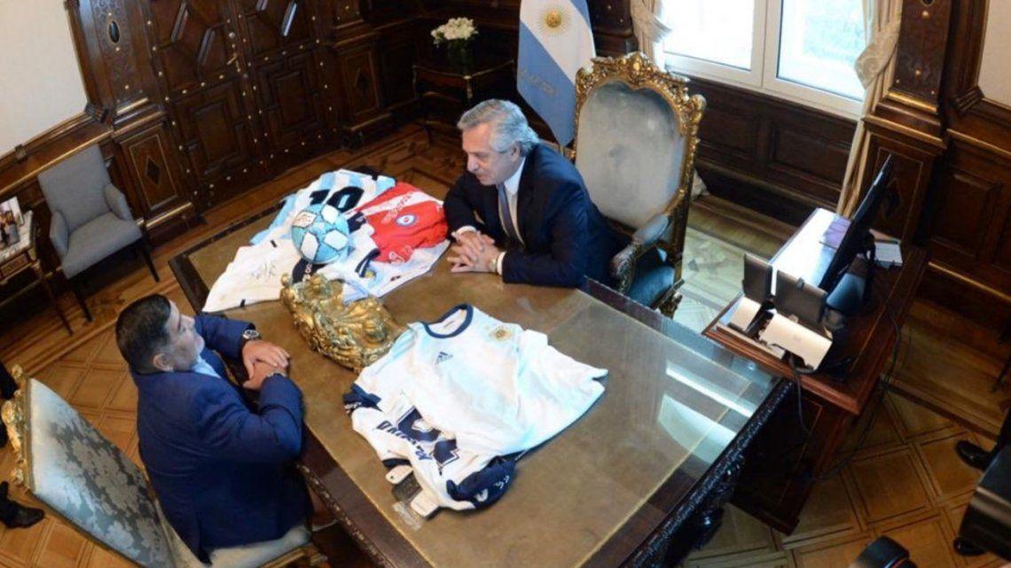 Alberto Fernández recibió a Diego Maradona en Casa Rosada y el Diez lleva un proyecto de fútbol para los pibes