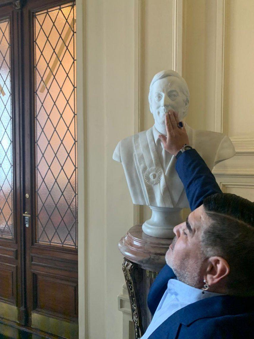 El Diez se emocionó ante el busto de Néstor Kirchner y se sacó una foto.