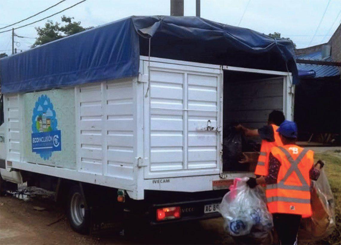 El camión identificado con el logo Eco Inclusión pasa una vez por semana.