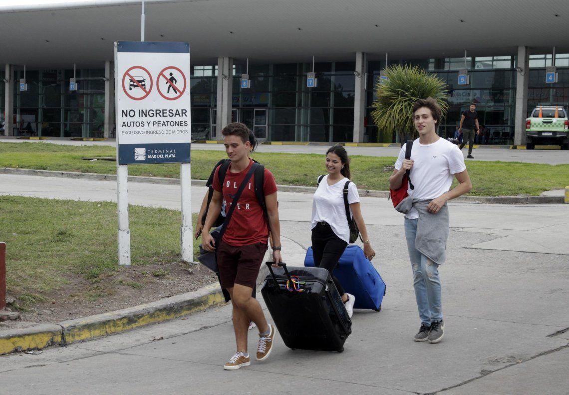 Pasajeros deben trasladar sus valijas casi tres cuadras.