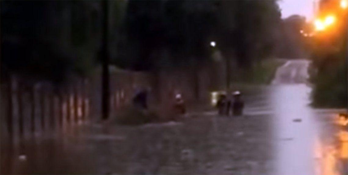 Tigre: un remisero desapareció durante la tormenta al ser arrastrado por la corriente en una calle de Benavidez