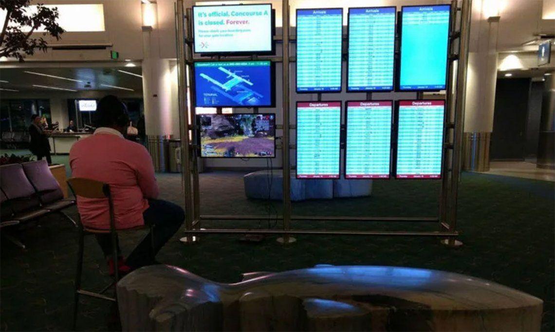 Cansado de esperar, conectó su PlayStation 4 a un monitor en el aeropuerto y se puso a jugar