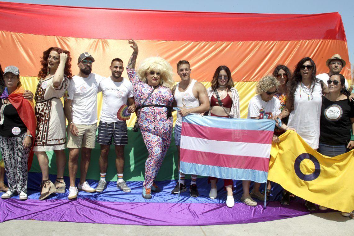 Mar del Plata: movilización y besazo LGBTI+ contra la discriminación sexual y de género en Playa Grande