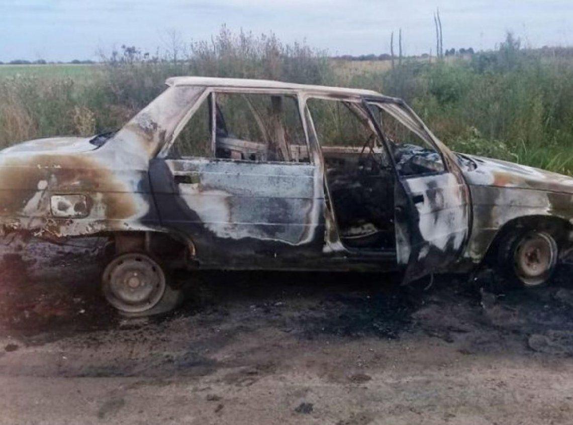 Una mujer murió calcinada en el interior de su auto: detuvieron a su pareja