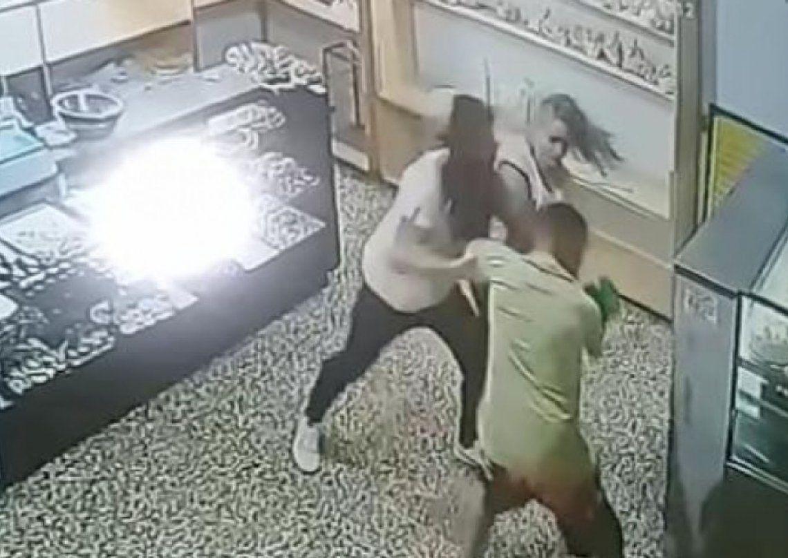 Quilmes: un ladrón intentó robar una panadería y lo echaron a las piñas