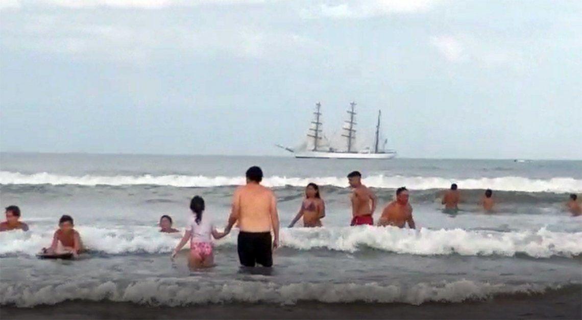 La Fragata Libertad, frente a las playas de Punta Mogotes