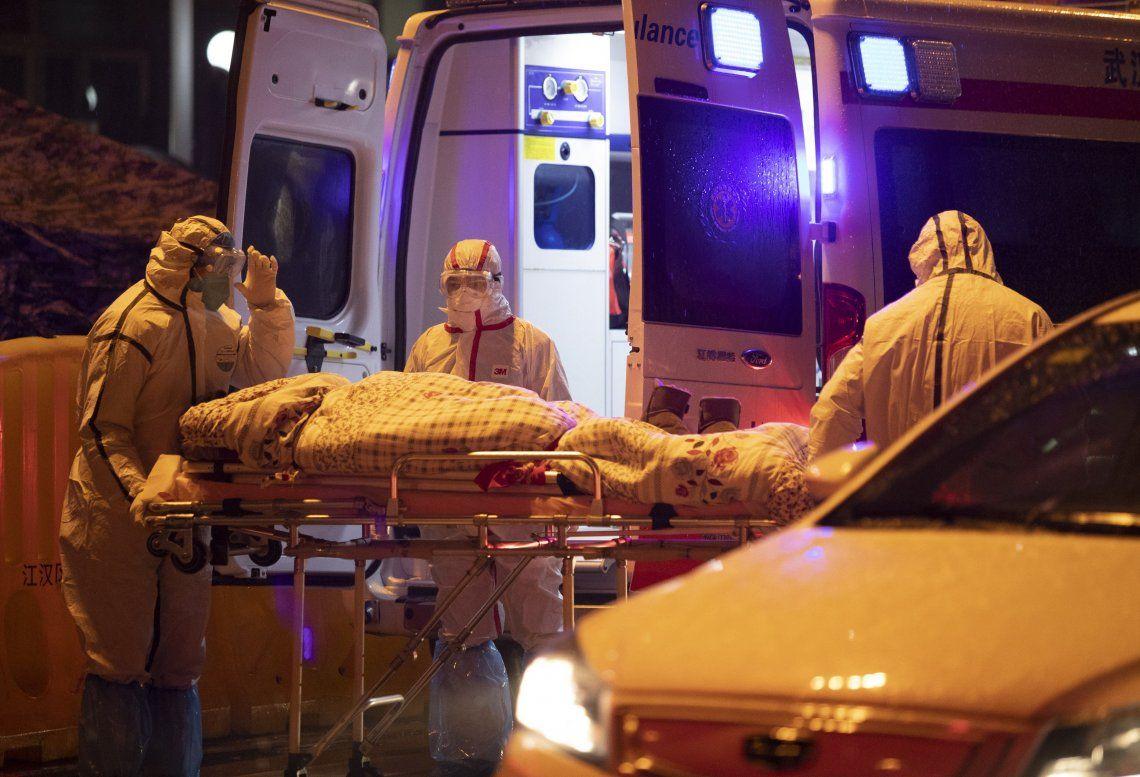 Personal médico traslada a un paciente al Hospital de la Sociedad de la Cruz Roja