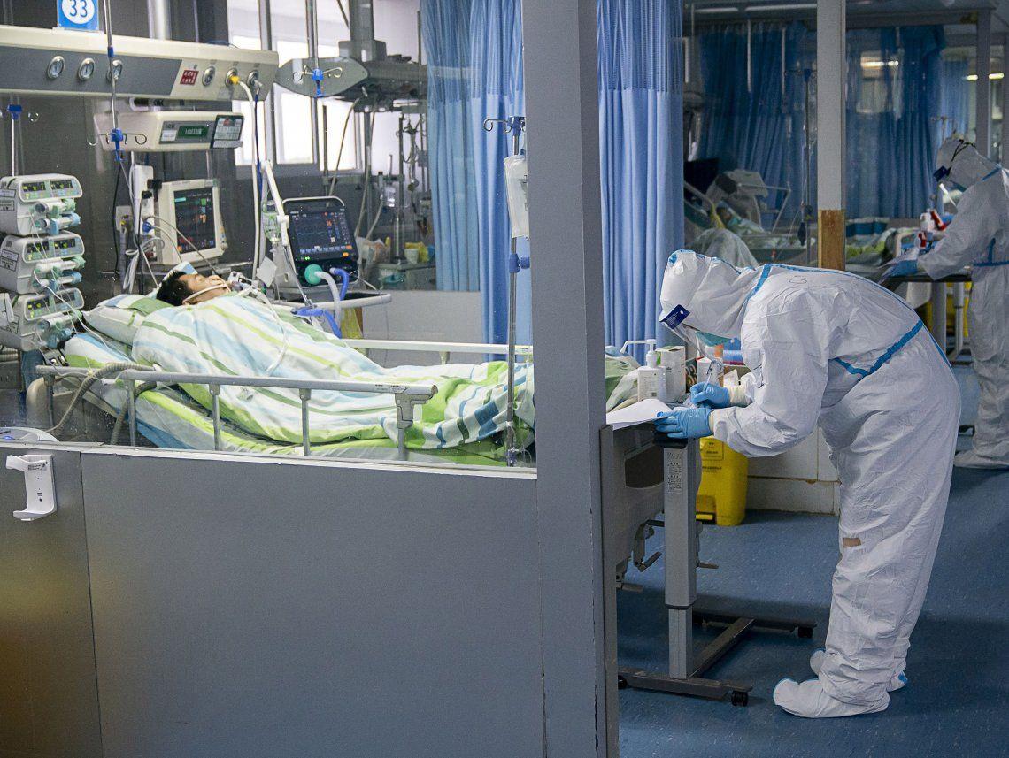 Un profesional de la salud atiende a un paciente en la unidad de cuidados intensivos del Hospital Zhongnan