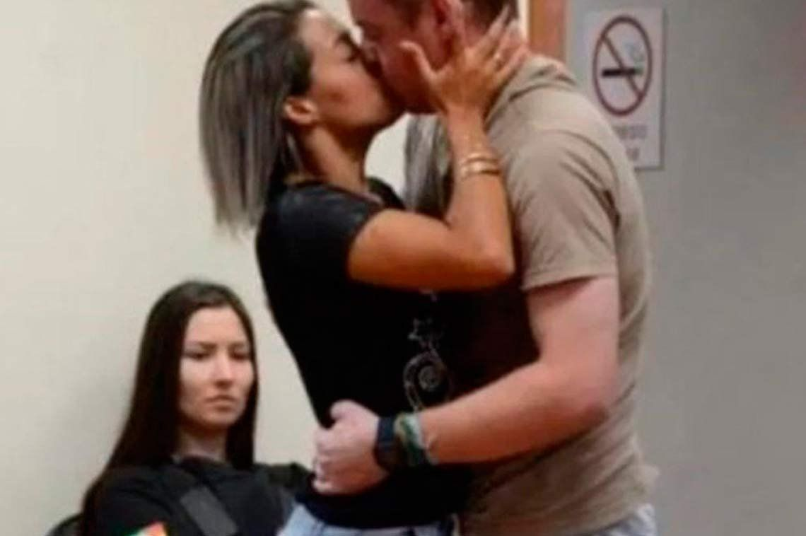 Lo condenaron por pegarle cinco balazos pero ella lo perdonó y lo besó durante el juicio