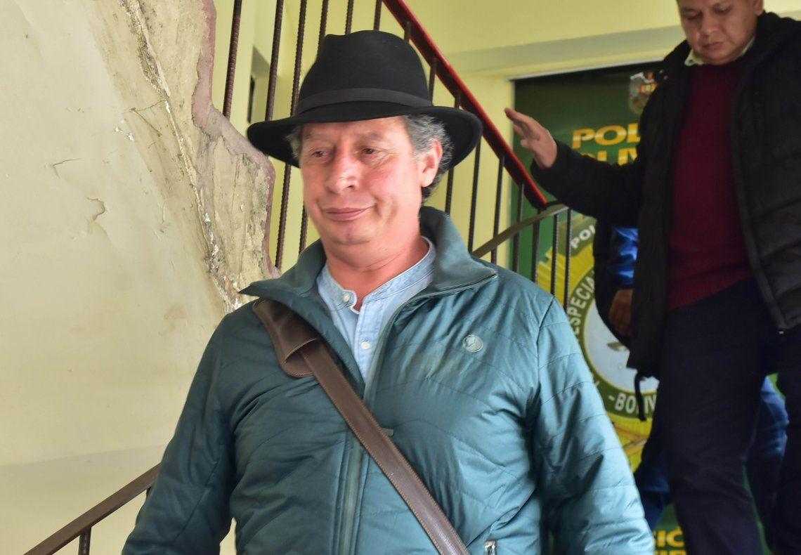 El ex ministro boliviano de Minería César Navarro sale de una comisaría.
