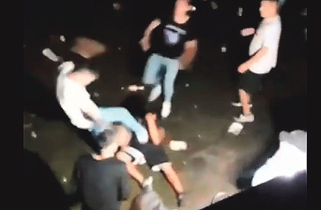 Patada en la cabeza. Una captura del video que muestra la brutal agresión.