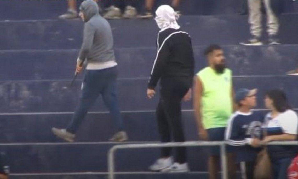 Graves disturbios en Independiente Rivadavia: disparos afuera y cuchillos en la tribuna