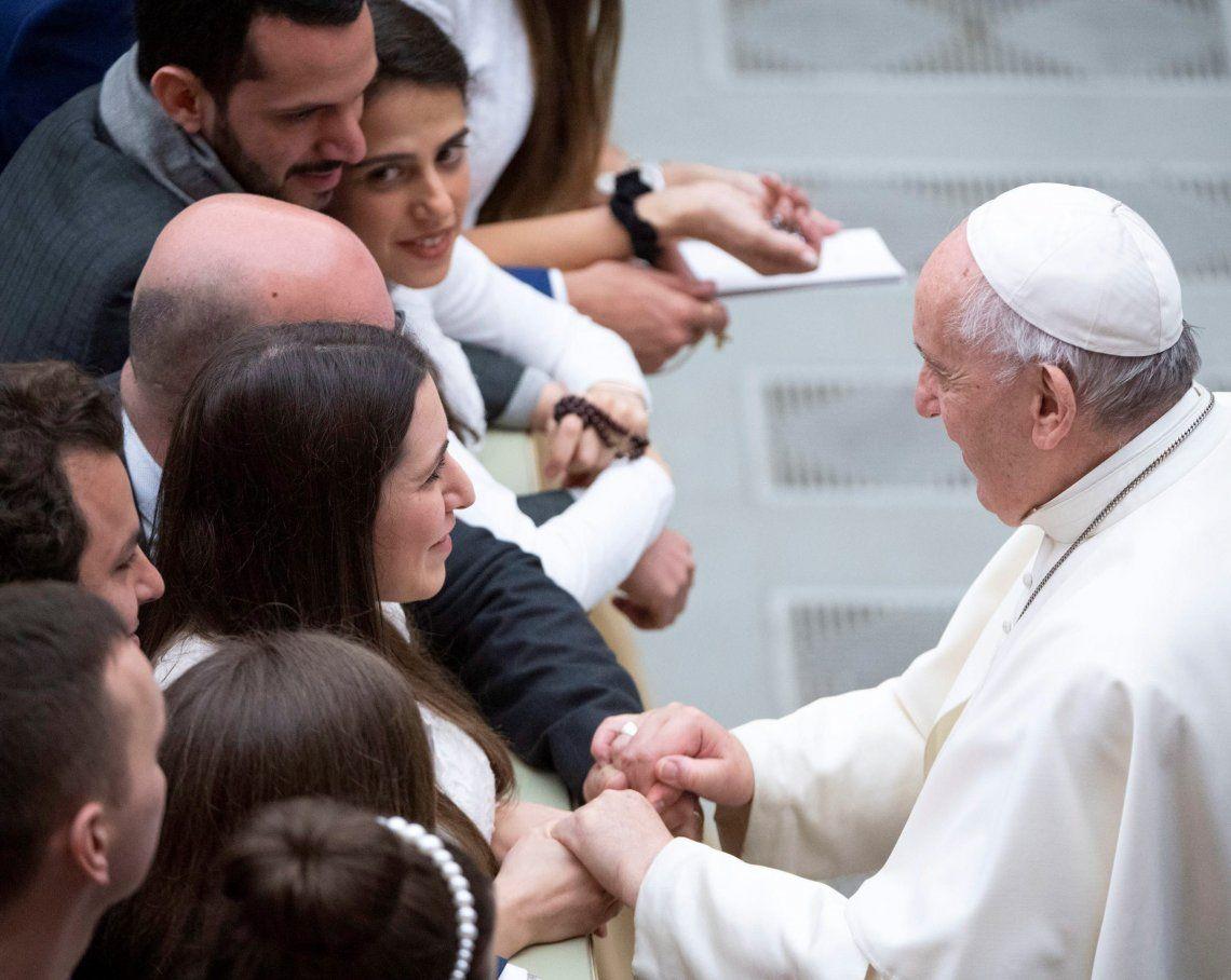 El Papa saluda ayer a fieles