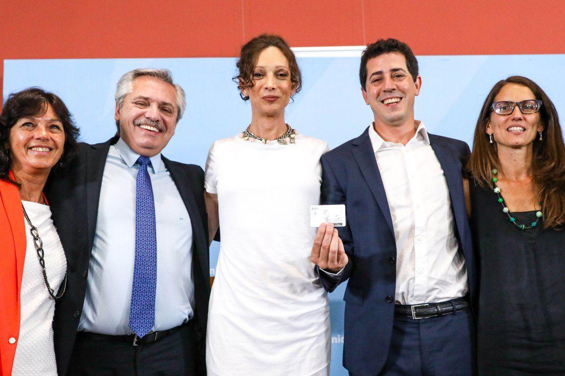 Alberto Fernández le entregó el DNI número 9000 rectificado por la Ley de Identidad de Género a la activista trans Isha Escribano