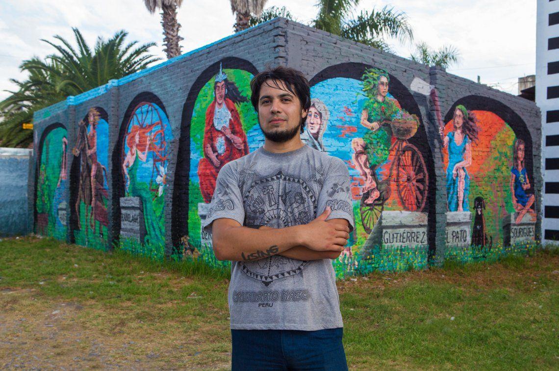 El joven artista Javier Albornoz junto a su obra