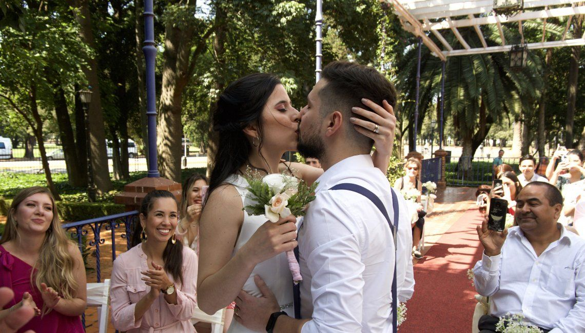 Una tradición cada vez más presente: Eligieron San Valentín para casarse y dieron el sí, quiero en El Rosedal