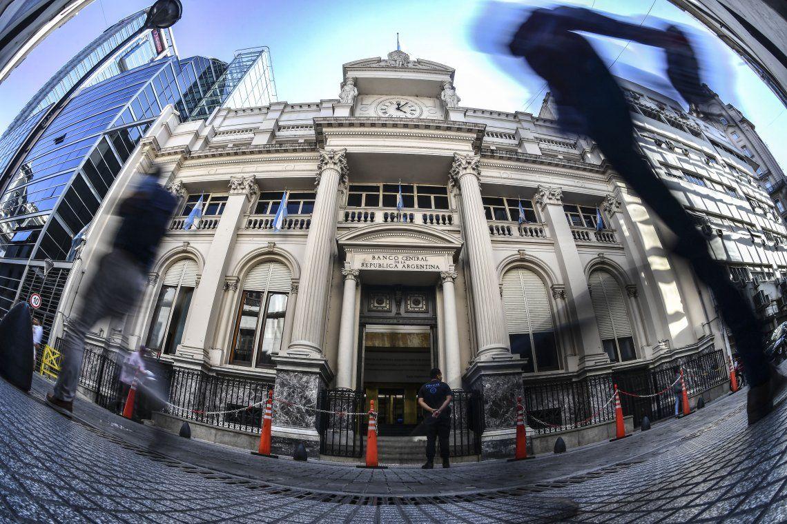 Ante la presión sobre el dólar, el Banco Central elevó la tasa mínima de plazos fijos a 33,06%