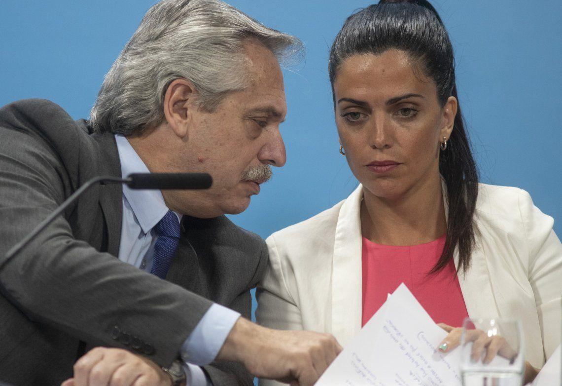 El Presidente de la Nación y Luana Volnovich durante la presentación de los beneficios para los jubilados.