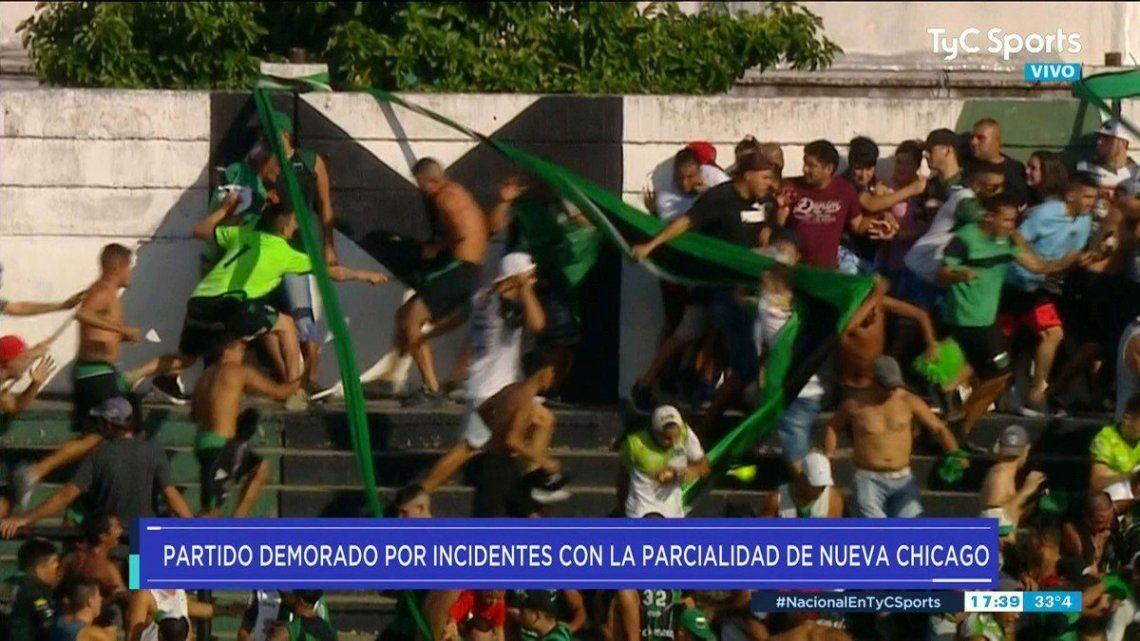 Otra vez, violencia en el fútbol argentino: piñas, palazos, facazos y corridas en una brutal batalla en Nueva Chicago