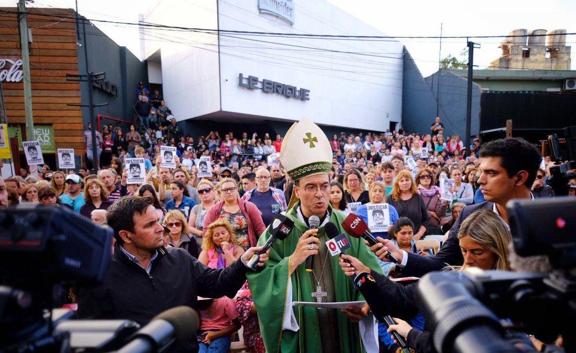 Más de un millar de personas participaron en la misa frente al boliche Le Brique.