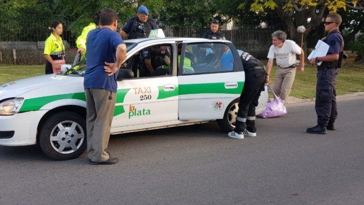 Una mujer dio a luz en un taxi con la ayuda de agentes de tránsito