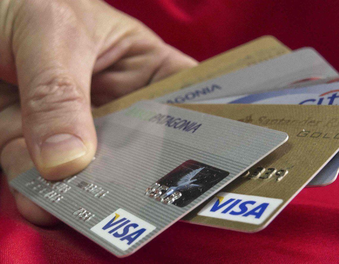 Tanto el tope fijado por el BCRA como el proyecto establecen una baja en las tasas de interés que cobran las tarjetas.