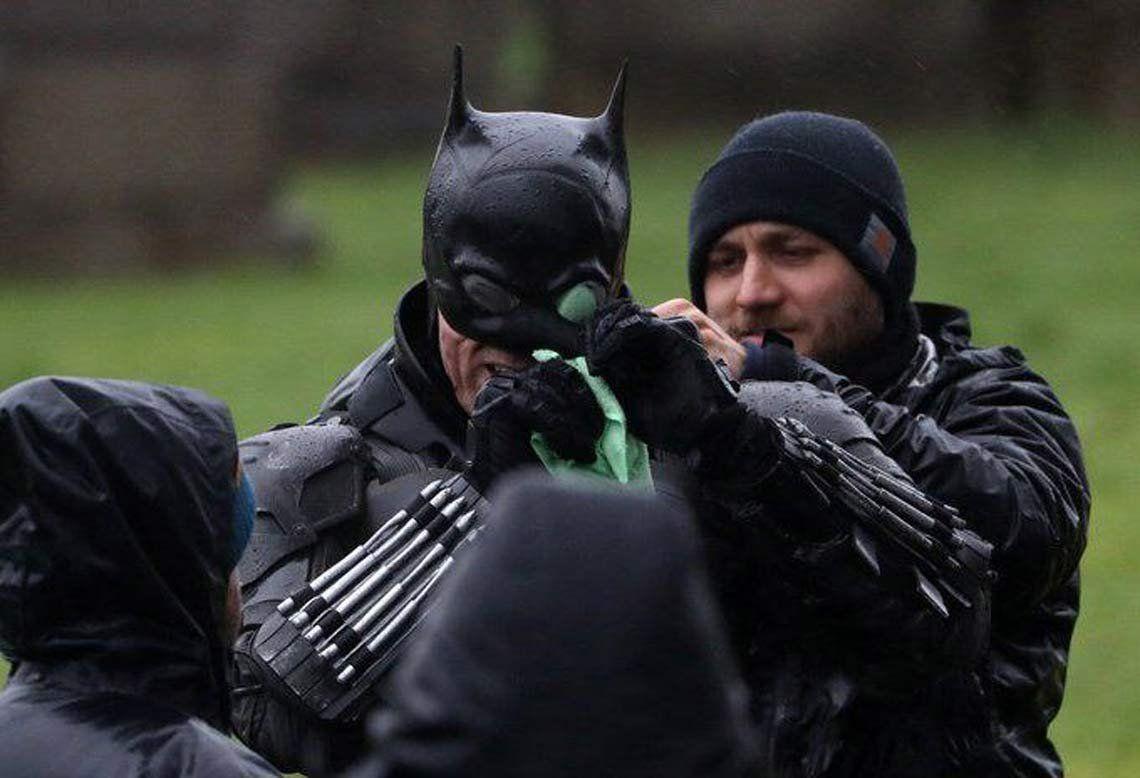 The Batman: nuevas imágenes muestran al héroe con una versión precaria de su traje