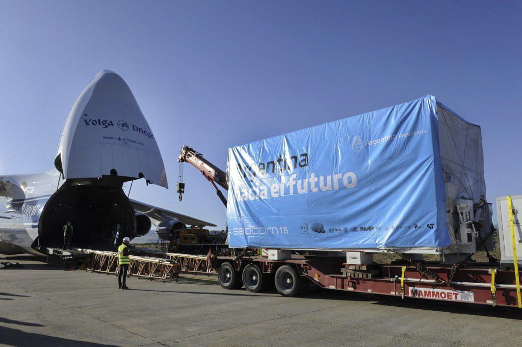 El satélite argentino SAOCOM 1B partió desde Bariloche hacia Estados Unidos para su histórico lanzamiento