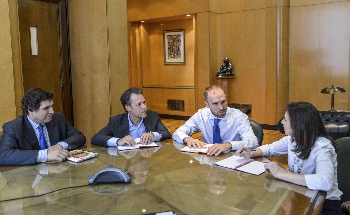 El ministro Guzmán se puso al hombro la negociación con los integrantes de la misión enviada por el FMI.