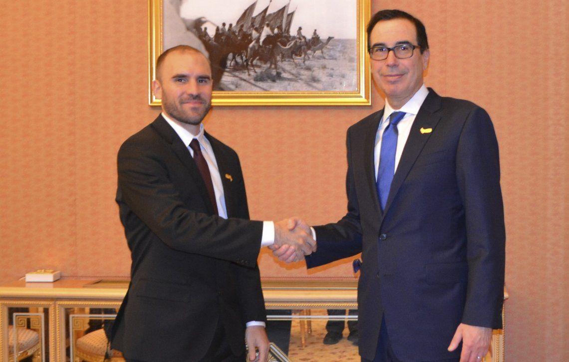 El apretón de manos entre Guzmán y Mnuchin.