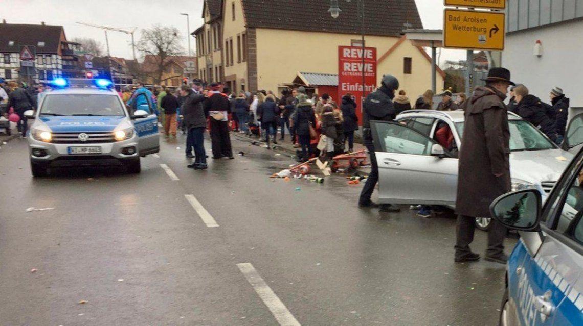 Alemania: un auto fuera de control atropelló a una multitud en medio de un carnaval